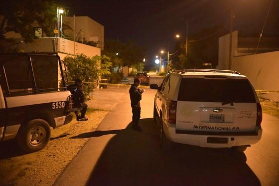 Cancún.- Vecinos de la región 312 reportaron una persona sin vida en el interior de una camioneta color negra, las autoridades que acudieron informaron que fue localizada en sobre la calle Paseo del Maule y calle Nogal.