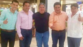 El precandidato a la alcaldía de Benito Juárez y exdirigente estatal del PRD, Emiliano Ramos (de rosa), con Gabriel Mendicuti (de negro), detenido este sábado.