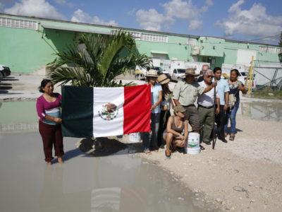 TIENE BACHE SU 'FESTEJO': Activistas denuncian mal estado de calles en Cancún con protesta atípica