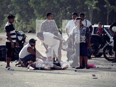 APARATOSO ACCIDENTE EN LA SALIDA PONIENTE DE PLAYA: Embiste camioneta a dos motocicletas y deja 4 heridos sobre el pavimento