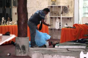 Playa del Carmen.- Una persona murió y otra más resultó lesionada, en un ataque a balazos registrado en un negocio de platería ubicado en pleno corazón de la zona turística de Playa del Carmen.