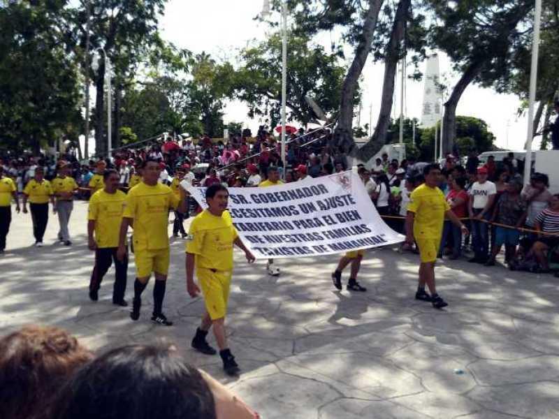 PIDEN TAXISTAS ALZA DE TARIFAS: Sindicatos de Chetumal, Mahahual y Bacalar aprovechan desfile para presentar reclamo al Gobernador