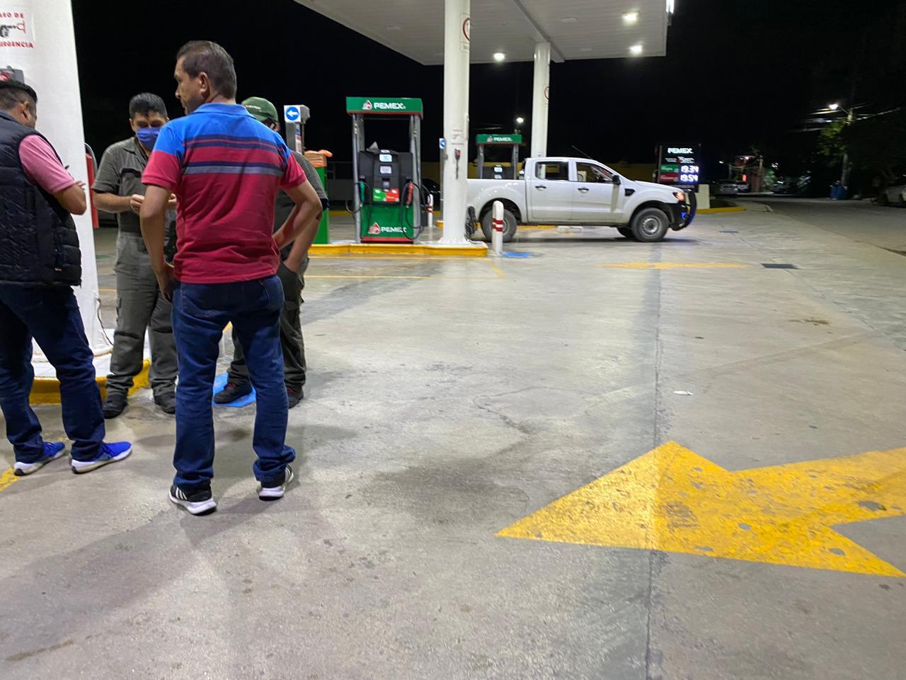 Sorprenden a disparos al conductor de un auto cuando cargaba combustible en  Playa del Carmen
