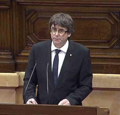 Puigdemont declara independencia de Cataluña y la suspende para llamar a diálogo