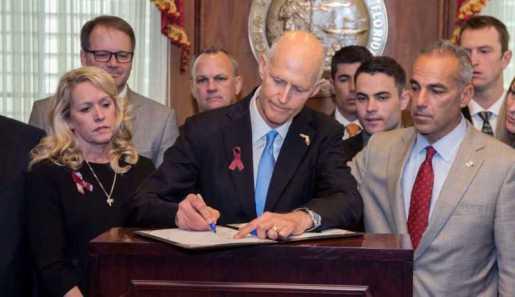 Gobernador firma ley restringe ventas armas de fuego Florida