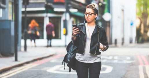 Nueva York buscaría multar personas mientras caminan escribiendo por celular