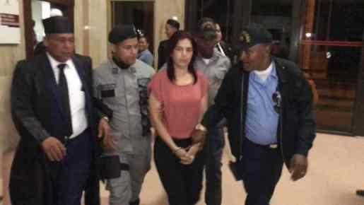 La decisión fue adoptada por el magistrado Cirilo Salomón contra la dama, madre del joven Joel Rodríguez, quien guarda prisión por ser acusado de haber asesinado a su padre Alejandro Rodríguez, en febrero pasado, en esta ciudad.