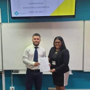 Sr. Dayron Ruiz, stagaire na DTI y studiante di Universidad di Aruba den e facultad di Accounting, Finance and Marketing (FEF) a defende su thesis