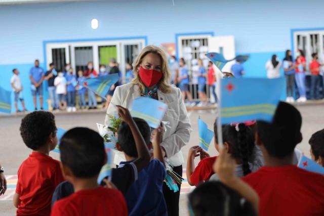 Es de Admirar que nuestras escuelas han dedicado tanto tiempo y esfuerzo para hacer una bonita Celebración y así elevar nuestro Himno y Nuestra Bandera. Expreso Primera Ministra de Aruba Evelyn Wever-Croes