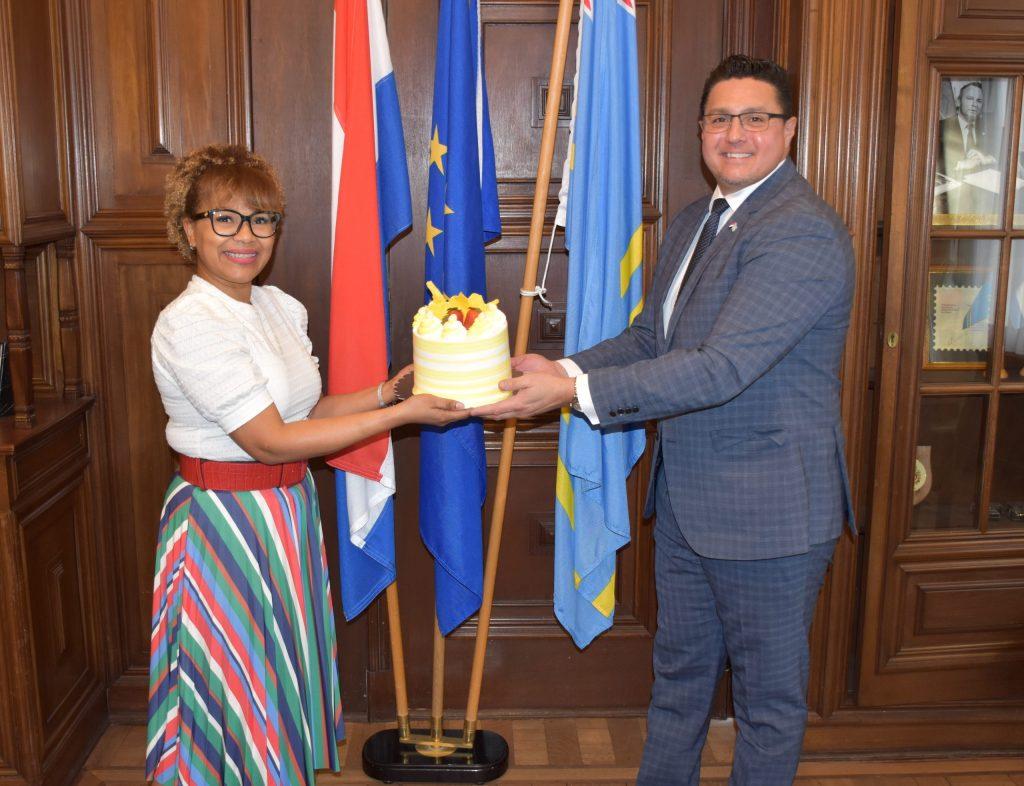 Ministro Besaril recibe arubeña ganadora de popular programa holandés