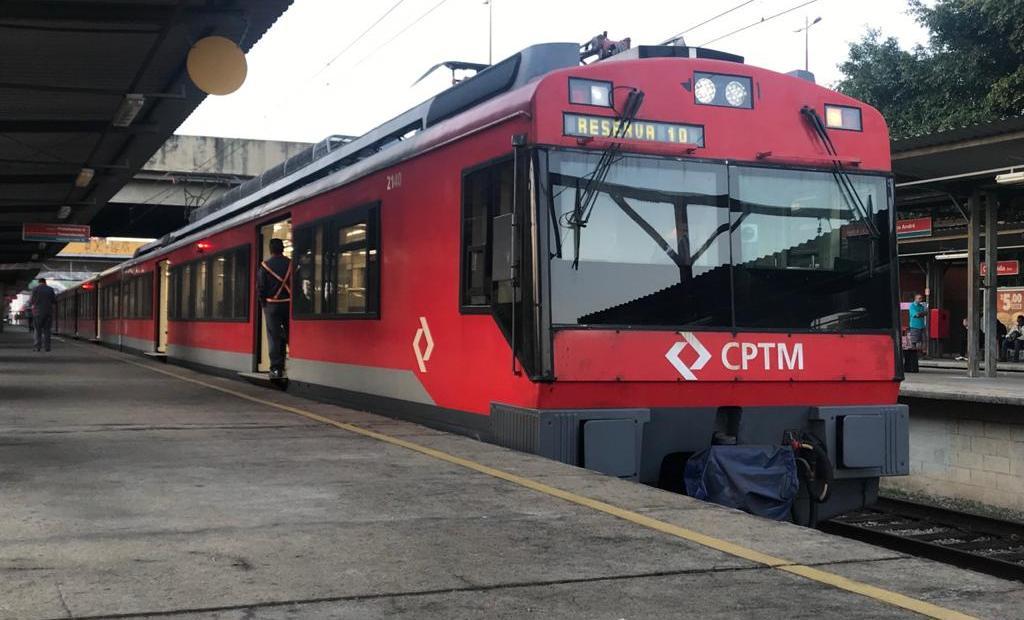 trem da série 2100 na Linha 10-Turquesa