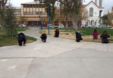 Multaron a Pastores por Orar en una Plaza