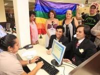 """Juiz anula reconhecimento da união gay e veta cartórios de fazerem  novas: """"STF mudou a Constituição"""""""
