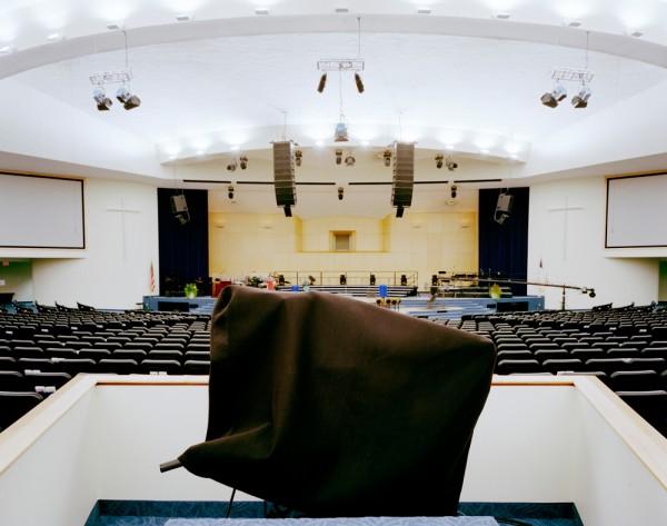 Câmera coberta mostra que cultos da megaigreja de Maryland Springs são transmitidos pela TV