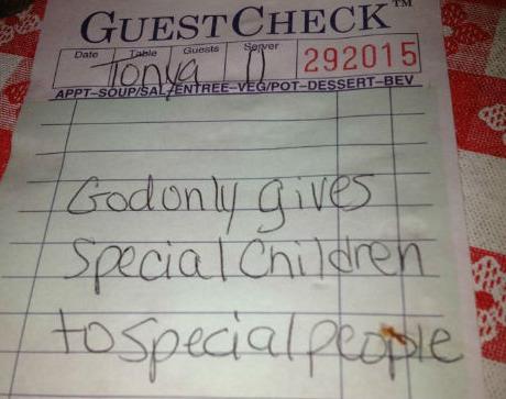 """Bilhete deixado pelo doador misterioso: """"Deus só dá filhos especiais para pessoas especiais"""""""