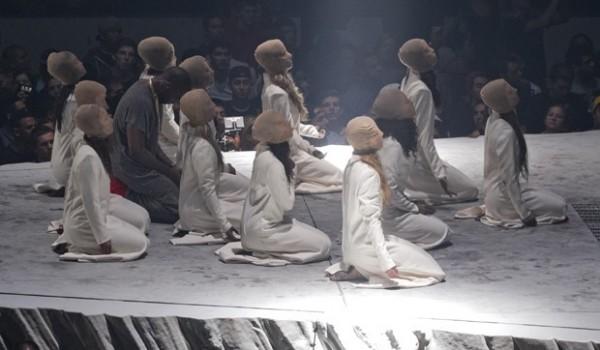 """Ao final do diálogo com """"Jesus"""", Kanye West se ajoelha com os dançarinos e ora agradecendo o perdão dos pecados"""