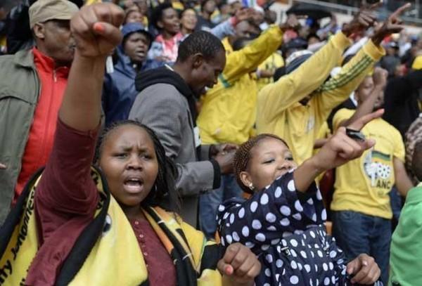 Sul-africanos repetem gesto de Mandela ao deixar a prisão após 27 anos