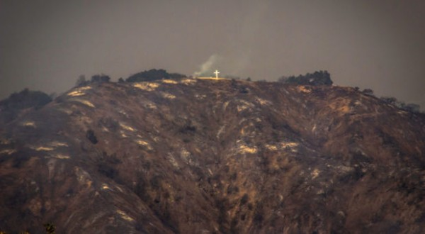 Cruz intacta no topo da montanha Azusa