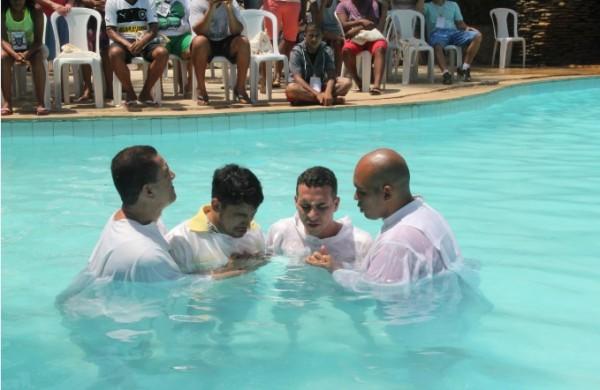 Batismo realizado por igreja inclusiva durante o retiro de carnaval