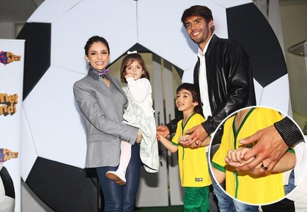 Acima, um close na aliança de casamento de Kaká