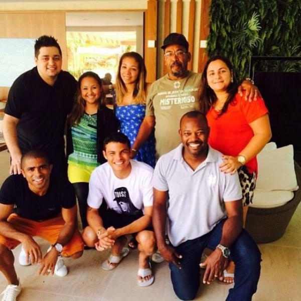 Thiago Silva e os amigos após o culto