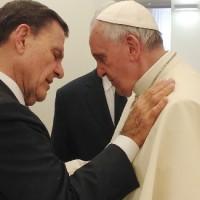 Pastor Kenneth Copeland ora pelo líder católico