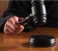 Juiz obriga pai a levar seus filhos à missa, como parte de um acordo de divórcio