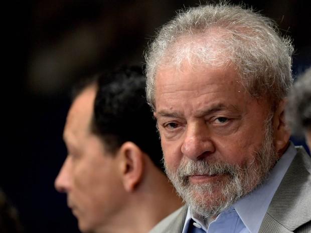 """Resultado de imagem para Acusado, Lula se compara a Jesus em popularidade e diz que irá """"à pé"""" à cadeia se for provada sua culpa"""