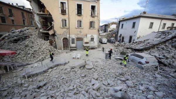 Construções antigas desmoronaram, deixando mortos e feridos