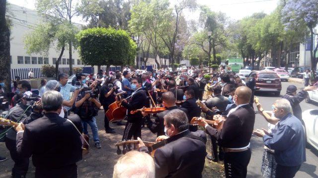"""Mariachis de Garibaldi ofrecen """"Serenata por la salud"""" en el INER 1"""