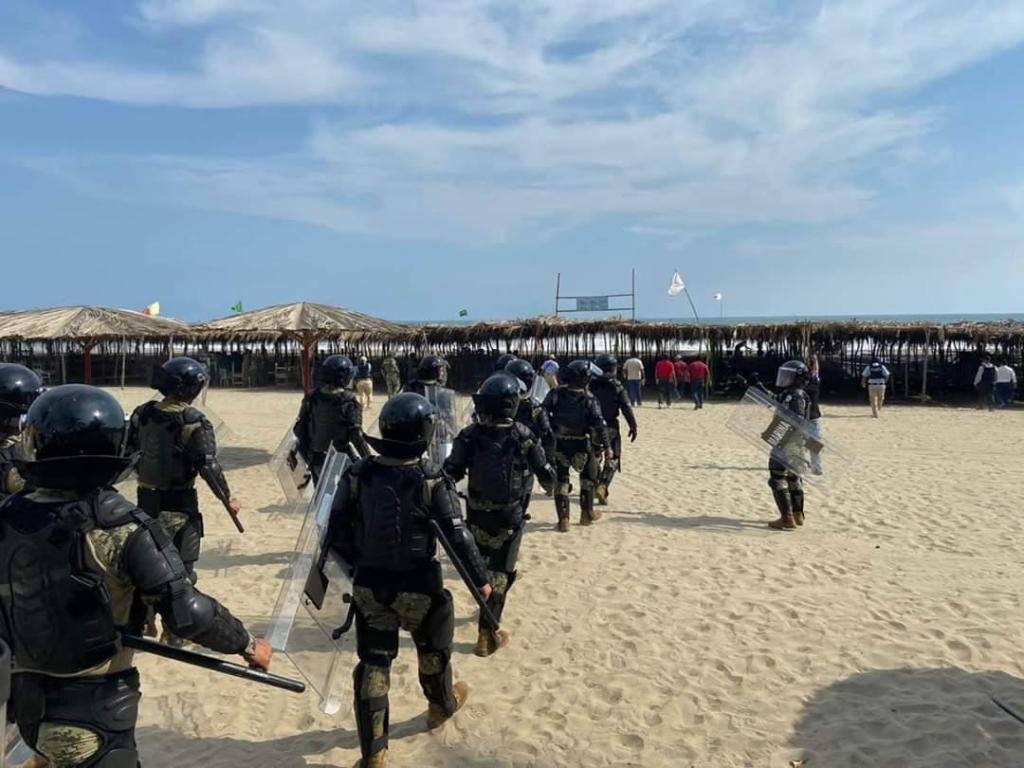 Turistas son desalojados de playas de Acapulco por la SEMAR 2