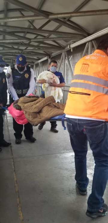 Nace bebé en la línea B del Metro 8