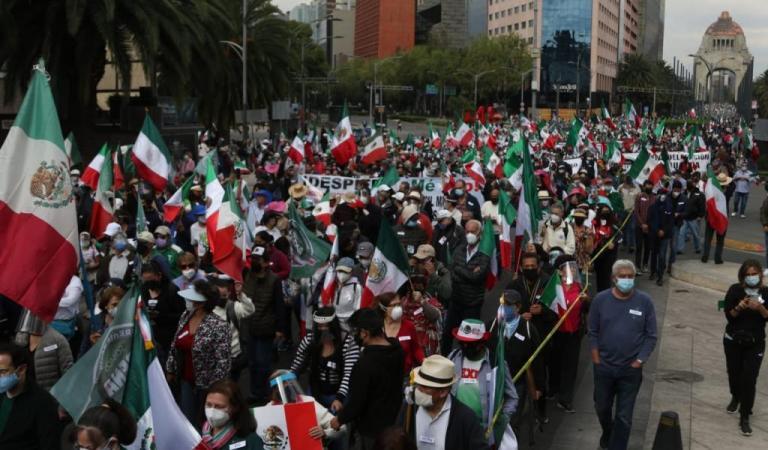 Llega al Zócalo capitalino marcha de FRENAAA