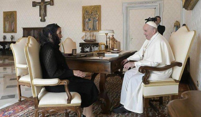 Beatriz Gutiérrez Müller se reúne con el Papa Francisco y le entrega carta de AMLO