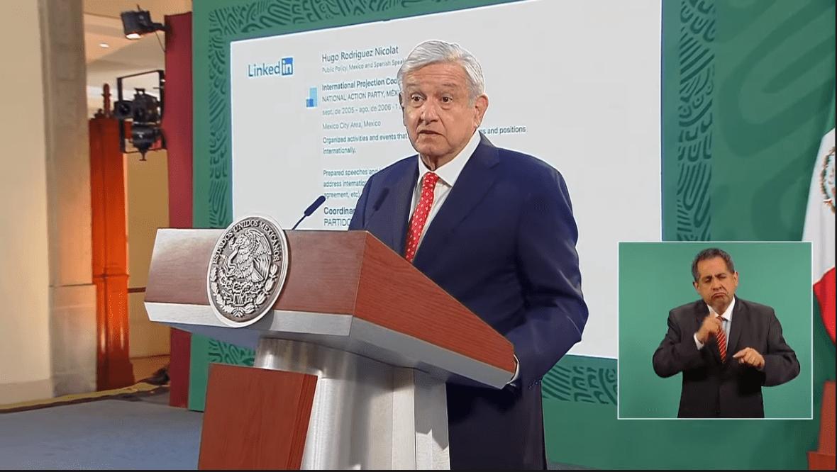 """""""Mi pecho no es bodega"""": AMLO al exhibir currículum de director de Twitter México. Así responde la red social"""