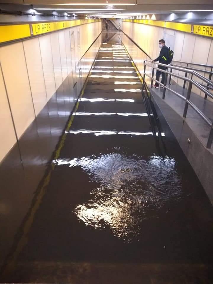 Por fuertes lluvias, se inunda estación La Raza del Metro CDMX 1