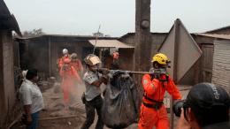 labores de rescate de víctimas de la erupción del volcán de fuego en Guatemala