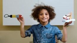 niño crea implante auditivo