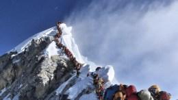 Tomando en cuenta estos efectos, los montañistas intentan atravesar la 'zona de la muerte' en un día. Fue justamente esa etapa la que ocultó una amenaza letal en las últimas jornadas. El raro periodo de buenas condiciones meteorológicas provocó una concentración de hasta 250 alpinistas intentando alcanzar la cima del Everest. Muchos de ellos tuvieron que esperar horas para subir y descender. Esas horas adicionales les costaron la vida a 11 personas.