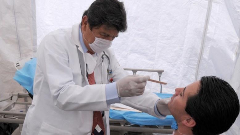 Médico atiende a un paciente