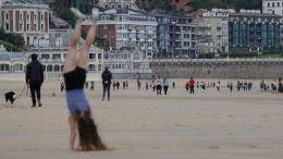 Personas disfrutan de una playa en San Sebastián en el desconfinmiento en España
