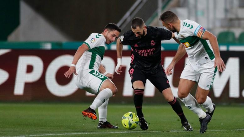 Benzema lleva el balón frente a dos defensas del Elche La Liga Española