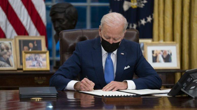 Joe Biden firma órdenes en materia migratoria