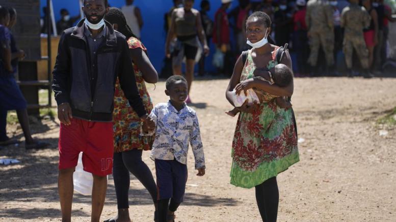 Migrantes haitianos pasan por el Tapón del Darién