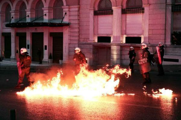 grecia-milhares-de-pessoas-vao-as-ruas-de-atenas-1
