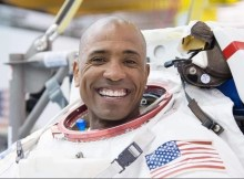 Astronauta lleva la biblia a la estación espacial internacional