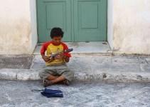 904cf04bd99b7fdec4c9f8755ddb6a17 - Los griegos abandonan a sus hijos en la calle porque no pueden mantenerlos