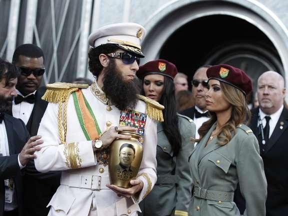 El actor británico llegó caracterizado de dictador a la gala de los Oscar