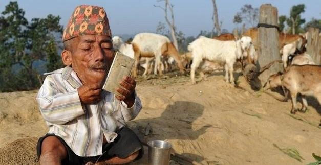 8779f785bcfd963444b2987ce08d221b - Un nepalí de 72 años pide el Guinness como el hombre más pequeño del mundo