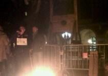 bf57a306d73d535c8ca073929ee09010 - Instalan una guillotina frente al Parlament de Catalunya en protesta por los recortes